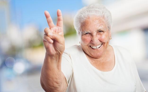 Grand m re avec deux doigts soulev et souriant t l charger des photos gratuitement - Doigt blanc remede grand mere ...