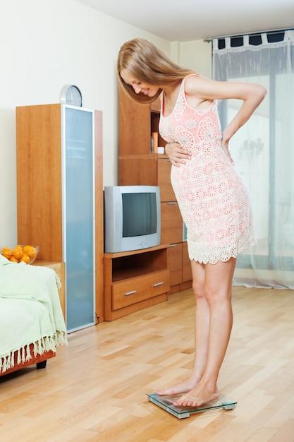 grossesse, femme, debout, salle bains, échelles Photo gratuit