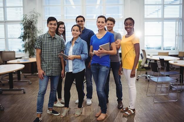 Groupe de dirigeants d'entreprises en souriant à la caméra Photo gratuit