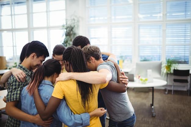 Groupe de dirigeants d'entreprises formant caucus Photo gratuit