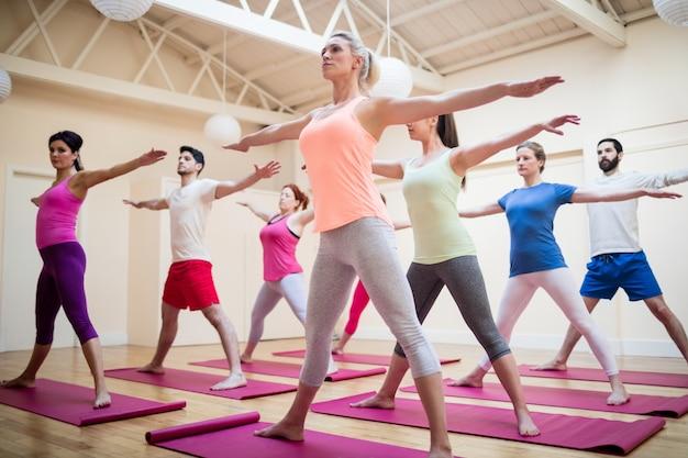 Groupe de personnes effectuant des exercices d'étirement Photo gratuit