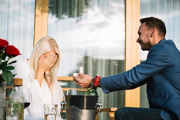 Homme donnant une bague de fiançailles à sa petite amie timide Photo gratuit