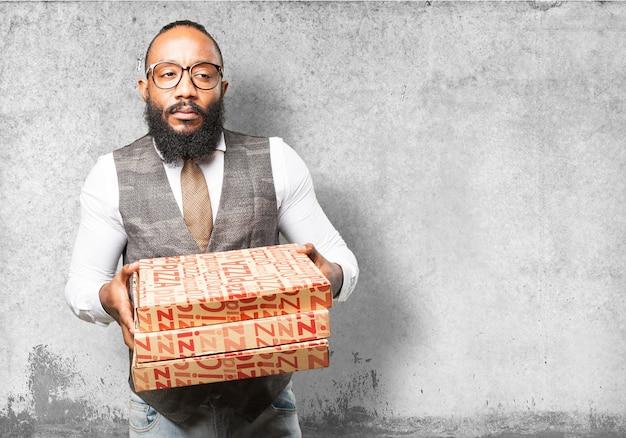 homme s rieux avec des bo tes de pizza t l charger des photos gratuitement. Black Bedroom Furniture Sets. Home Design Ideas