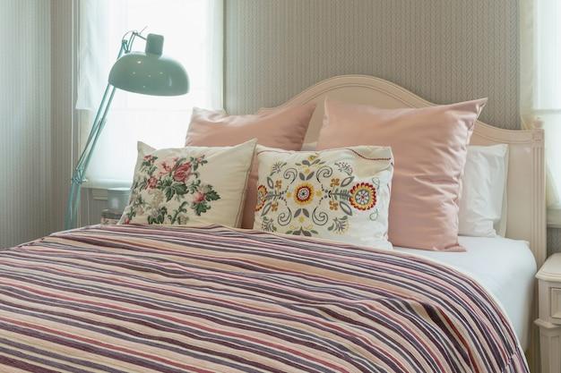 Intérieur de chambre vintage avec coussins de fleurs et couverture ...