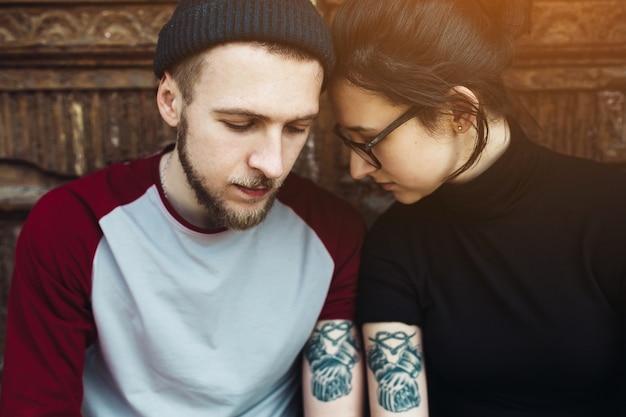 Jeune couple partage tatouage Photo gratuit
