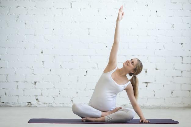 Jeune femme enceinte faisant du yoga prénatal Étirement latéral photo  gratuit jpg 626x417 Yoga enceinte 826d3472484