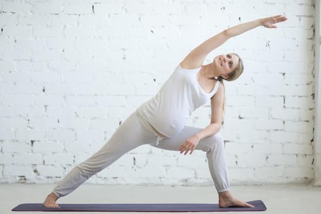 Jeune femme enceinte faisant du yoga prénatal utthita parsvakonasana pose  photo gratuit jpg 626x417 Yoga enceinte 176a4588c7d