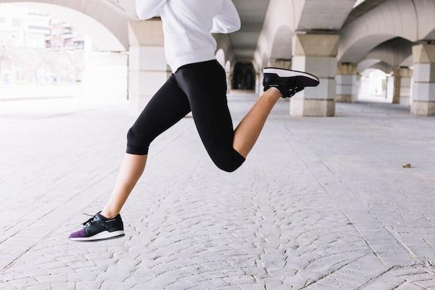 Jeune femme sautant Photo gratuit