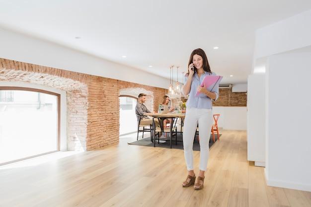 Jeune fille parlant parlant dans un bureau moderne télécharger