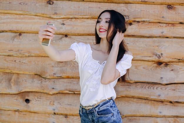 jeune fille souriante de prendre une photo avec un