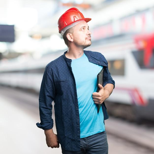 jeune homme portant une tenue bleue  le port de casque