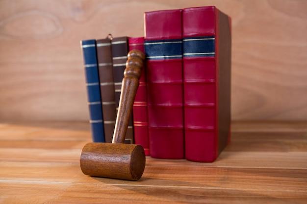 Juges Gavel avec des livres Photo gratuit