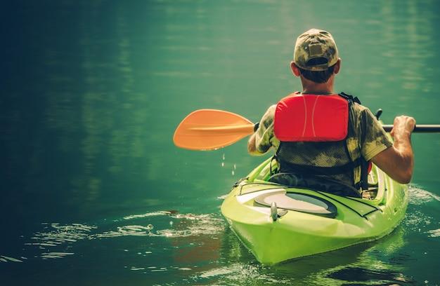 Kayaker sur l'eau calme Photo gratuit