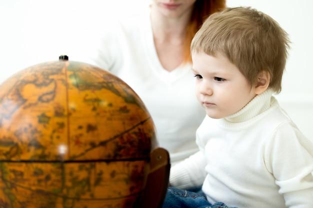 Kid regardant une planète terre Photo gratuit
