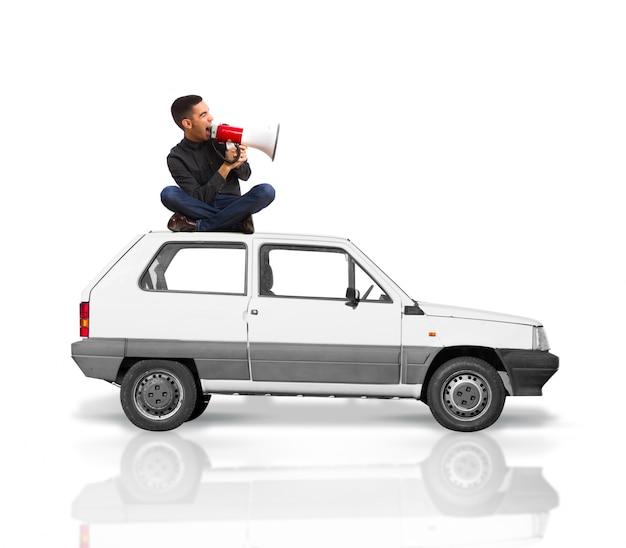 l 39 homme assis sur le toit d 39 une voiture criant pour un. Black Bedroom Furniture Sets. Home Design Ideas