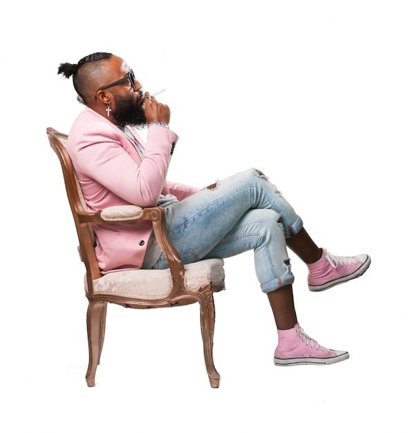 L 39 homme avec un cigare assis sur une chaise t l charger for Abdos assis sur une chaise