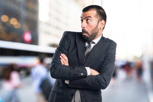 L'homme d'affaires fait un geste sans importance en arrière-plan non focalisé Photo Premium