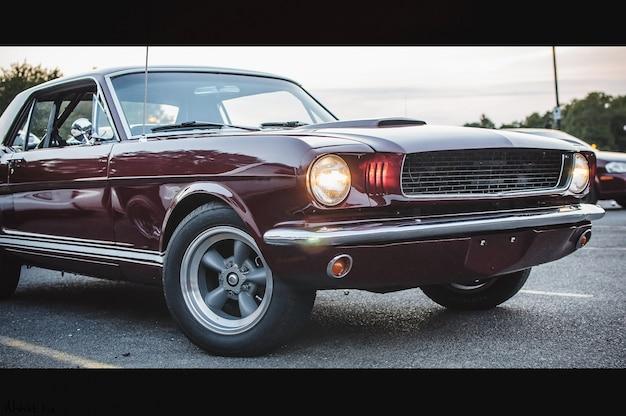 la vieille voiture am ricaine rouge se tient sur la rue le soir t l charger des photos. Black Bedroom Furniture Sets. Home Design Ideas