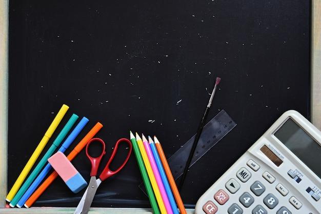 Le matériel scolaire avec un fond tableau | Télécharger des Photos gratuitement