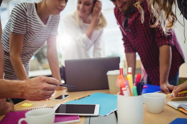 Les concepteurs graphiques dans une réunion Photo gratuit