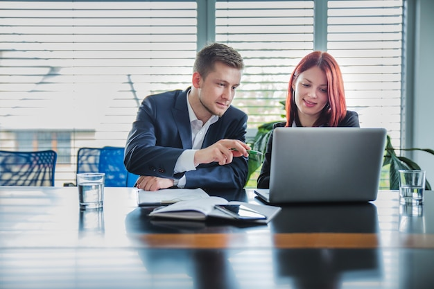 Les personnes travaillant avec un ordinateur portable ensemble Photo gratuit