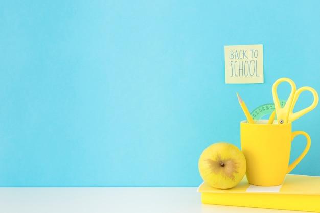 Lieu de travail bleu et jaune pour les études Photo gratuit