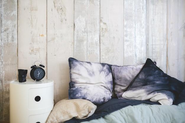 Lit avec oreillers Photo gratuit