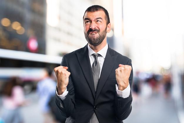 Lucky Businessman en arrière-plan non focalisé Photo Premium