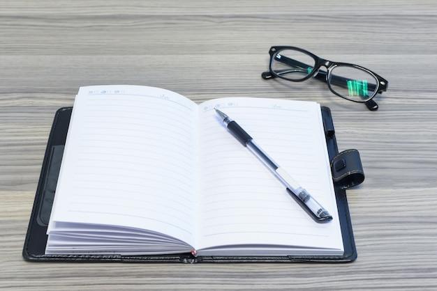 lunettes stylo et agenda ouvert sur le bureau t l charger des photos gratuitement. Black Bedroom Furniture Sets. Home Design Ideas