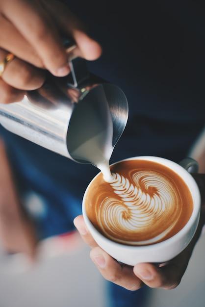 Man servir une tasse de café  Télécharger des Photos