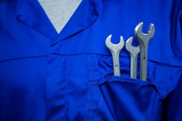 Mécanicien avec spanners dans les poches Photo gratuit