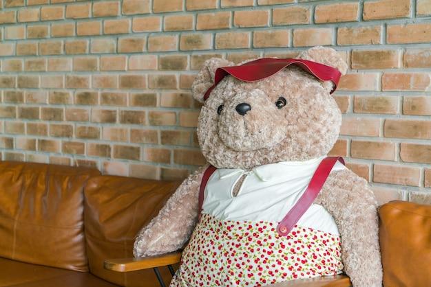 Mignon ours en peluche assis sur une chaise t l charger for Abdos assis sur une chaise