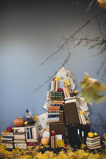 Montagnes de livres et quelques valises Photo Premium