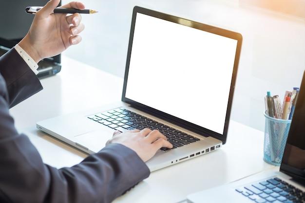 ordinateur portable travaillant en travail assis au bureau fond flou maquette horizontale. Black Bedroom Furniture Sets. Home Design Ideas