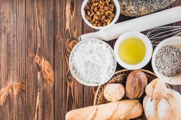 Pains fraîchement faits maison avec des ingrédients sur la table en bois Photo gratuit