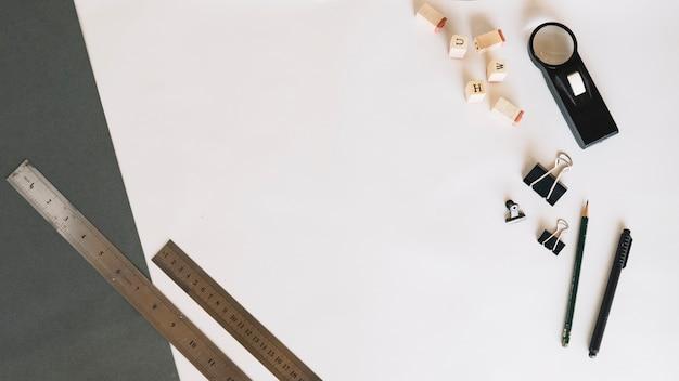 Papeterie allongée sur une feuille de papier Photo gratuit