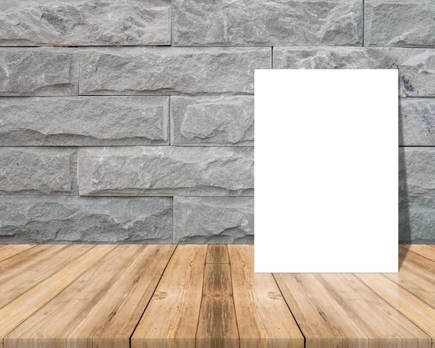 papier vierge sur une surface en bois et un mur de briques. Black Bedroom Furniture Sets. Home Design Ideas