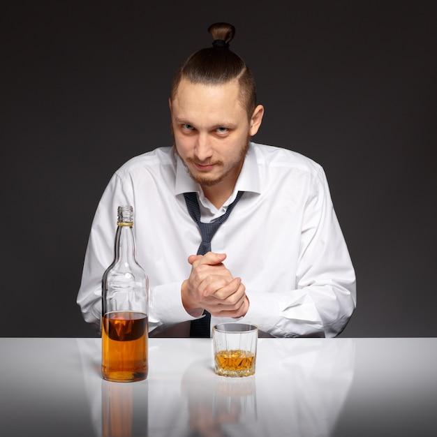 Pensive affaires avec une bouteille d 39 alcool sur la table t l charger des photos gratuitement - La bouteille sur la table ...