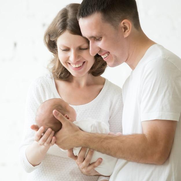 Père et mère avec un bébé dans les bras Photo gratuit