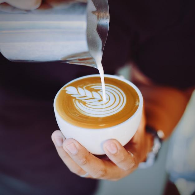 personne servant une tasse de caf avec une cruche de m tal t l charger des photos gratuitement. Black Bedroom Furniture Sets. Home Design Ideas