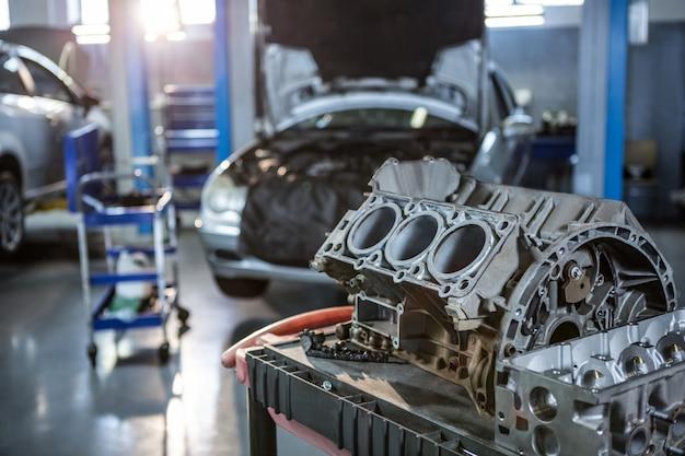 Pièces de voiture dans un garage de réparation Photo gratuit
