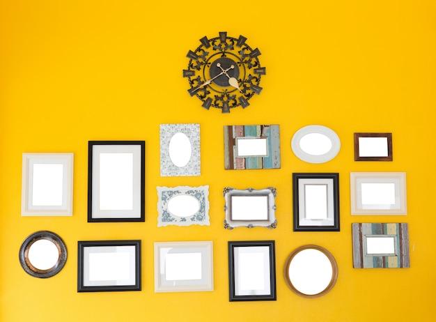plusieurs cadres avec vintage clock sur le mur jaune t l charger des photos gratuitement. Black Bedroom Furniture Sets. Home Design Ideas