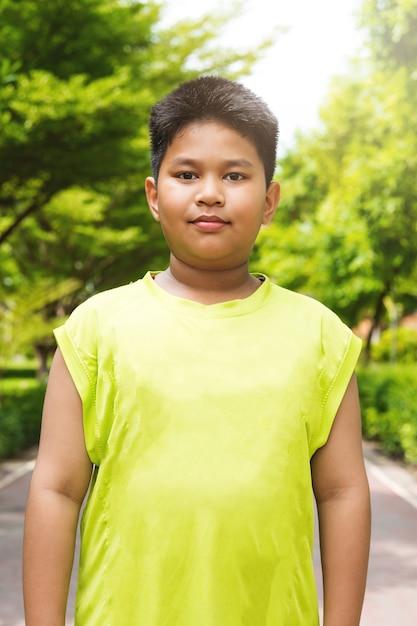 Sport Asiatique portrait beau garçon de sport asiatique dans le jardin   télécharger