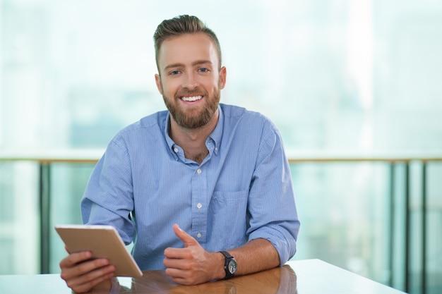 portrait d u0026 39 homme d u0026 39 affaires heureux avec tablet pc