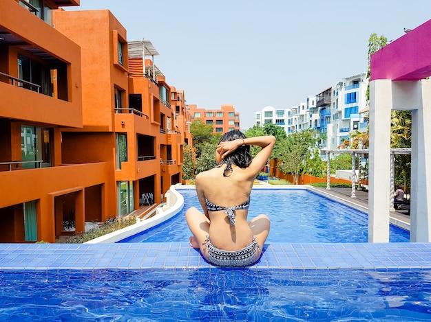 Sexy girls natation vecteurs et photos gratuites for Au bord de la piscine tours