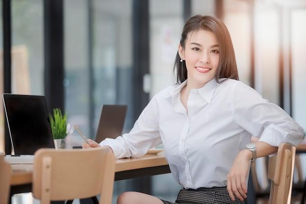 Portrait de réussi moyen age femme affaires tenue stylo et s