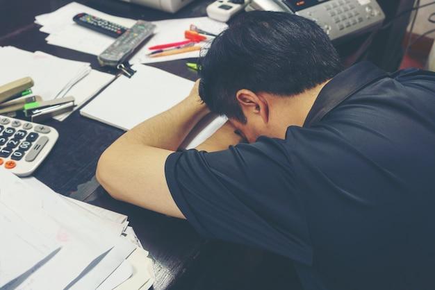 Propriétaire face à la table, se sentir fatigué après de longues heures d'ouverture Photo Premium