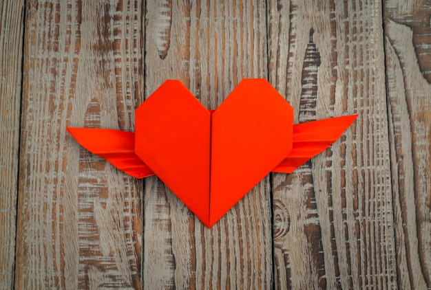 rouge papier origami coeur avec des ailes sur fond de bois t l charger des photos gratuitement. Black Bedroom Furniture Sets. Home Design Ideas