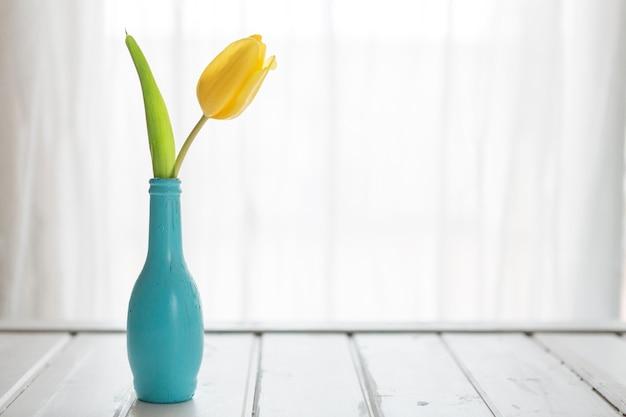 scène fantastique avec vase bleu et tulipan Photo gratuit