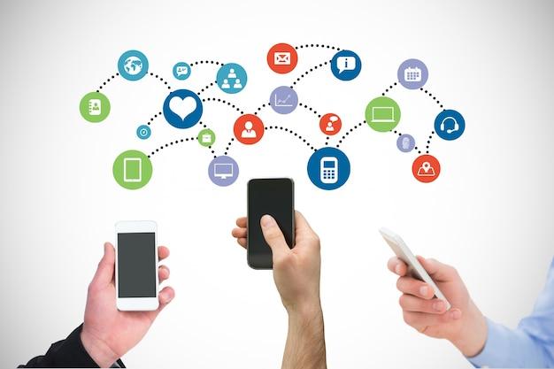 Smartphones partageant des informations avec leurs applications Photo gratuit